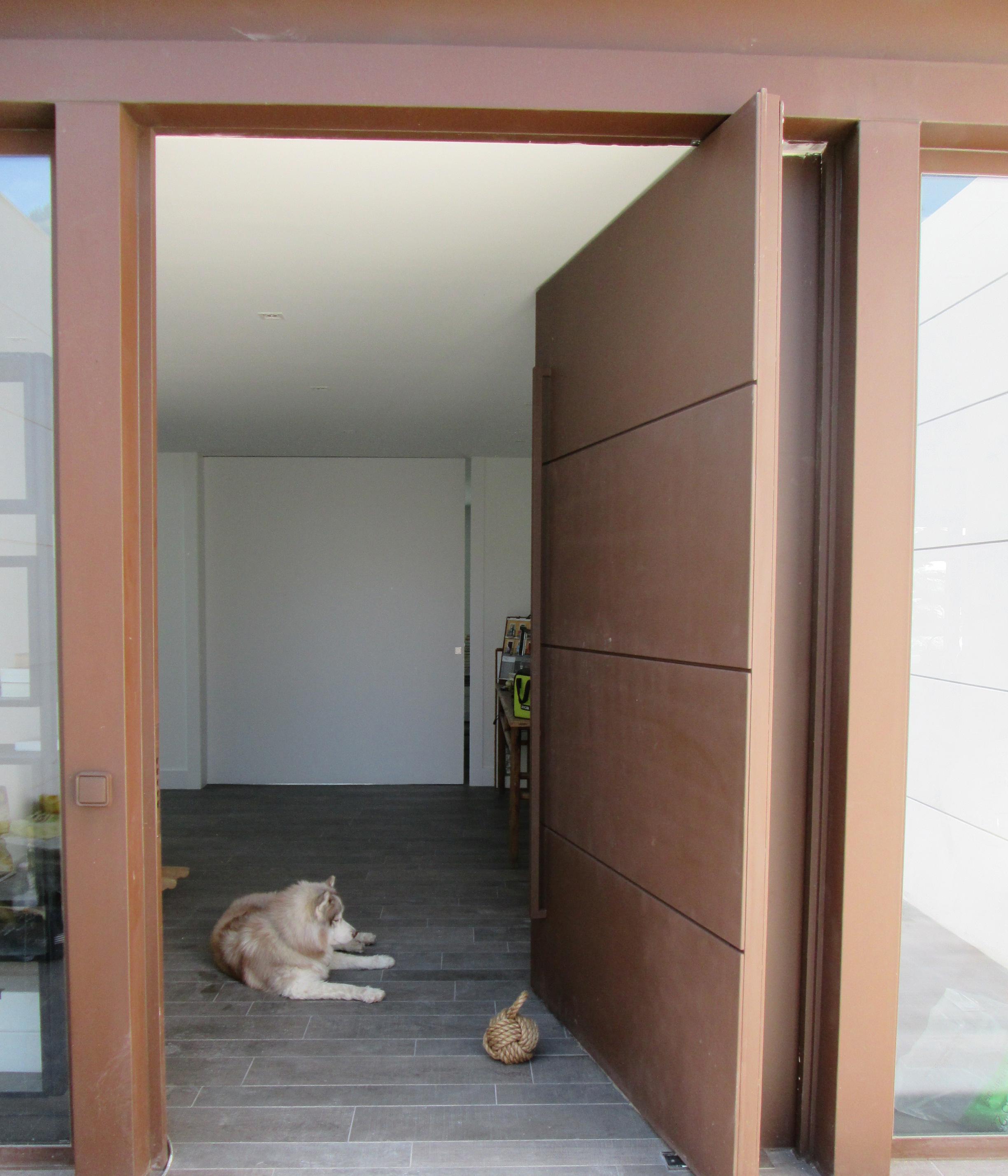 Puerta pivotante acabados y m xima seguridad roconsa for Puertas de madera cordoba